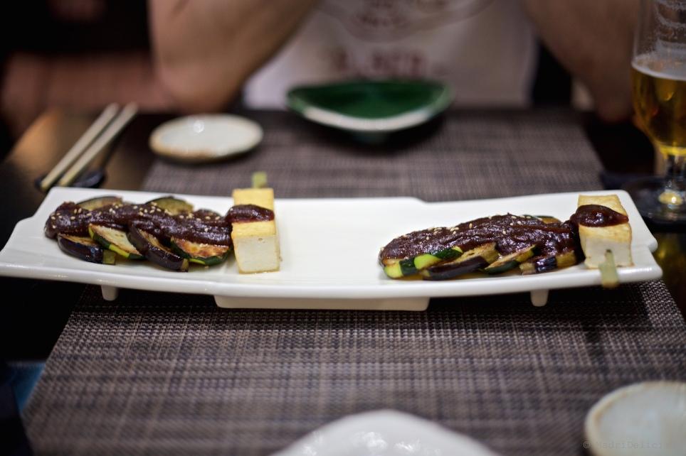Aubergines et courgettes rôtiés, sauce miso et tofu soyeux à la plancha